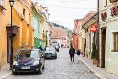 在城堡附近的奥克塔维安Goga街位于老城市 Sighisoara市在罗马尼亚 免版税库存图片