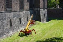 在城堡附近的建筑用起重机 免版税库存图片