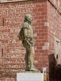 在城堡de圣胡安雷阿尔城的米格尔・德・塞万提斯雕象 图库摄影