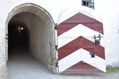 在城堡Hohensalzburg的木门 免版税库存照片