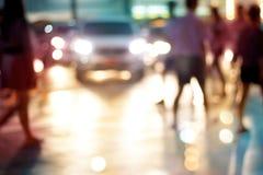 在城市、柔和的淡色彩和迷离c的抽象人步行街道夜 免版税库存照片