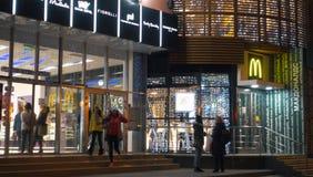 在城市、现代shoping的中心和Macdonalds的Nigth 免版税库存图片