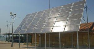 在城市上佩雷亚街道,希腊是太阳电池板 股票视频