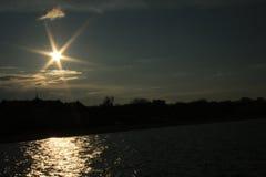 在城市上的太阳 库存图片