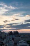 在城市上的日落天空 库存照片