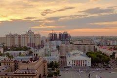 在城市上的日落天空 免版税库存图片