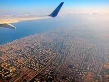 在城市上的飞机 库存图片
