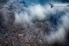 在城市上的飞机 免版税图库摄影