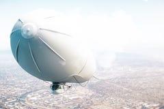 在城市上的飞艇 免版税库存图片
