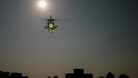 在城市上的直升机飞行 库存照片