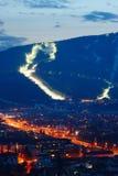 在城市上的滑雪倾斜 库存照片