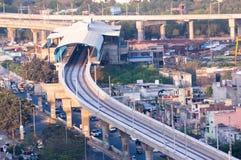 在城市中间的建设中地铁车站 库存照片