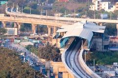 在城市中间的建设中地铁车站 库存图片