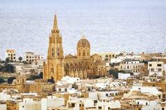 在城市中间的教会海的背景的 库存图片
