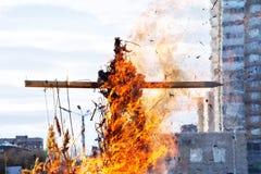在城市中间的木发怒燃烧 全国斯拉夫语和异教的风俗 免版税库存照片