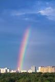 在城市之下的彩虹 图库摄影