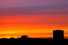 在城市之下的日出颜色 库存图片
