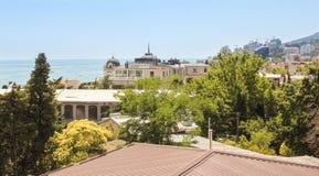 在城市之外的海 免版税库存照片