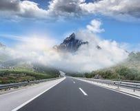 在城市之外的高速公路到高地里 汽车城市概念都伯林映射小的旅行 图库摄影