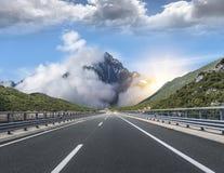 在城市之外的高速公路到高地里 汽车城市概念都伯林映射小的旅行 库存照片