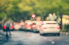 在城市交通的Defocused汽车在一个雨天阻塞 免版税库存图片