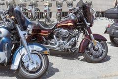 在城市停放的哈利戴维森摩托车 免版税库存照片