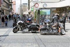 在城市停放的哈利戴维森摩托车 库存图片
