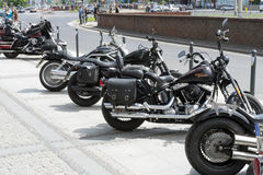 在城市停放的哈利戴维森摩托车 库存照片
