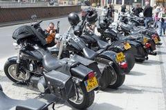在城市停放的哈利戴维森摩托车 免版税库存图片