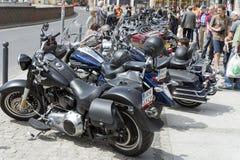 在城市停放的哈利戴维森摩托车 图库摄影