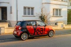 在城市停放的汽车共用模式巧妙的汽车 免版税库存照片
