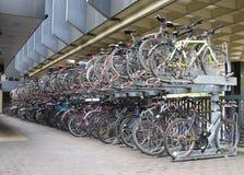 在城市停放的自行车 免版税图库摄影
