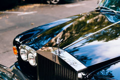 在城市停放的豪华罗斯劳艾氏汽车 库存图片