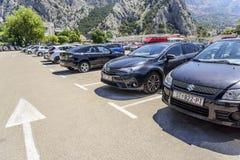 在城市停车处的汽车 免版税库存图片