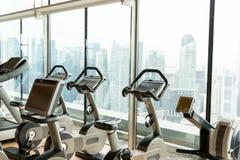 在城市健身房的锻炼脚踏车 免版税库存照片