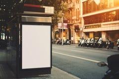 在城市公共汽车站的空白的广告牌 库存照片