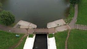 在城市公园池塘河的直升机飞行 影视素材