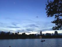 在城市公园的日落 库存图片