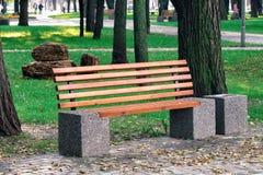 在城市公园的长木凳 免版税库存照片
