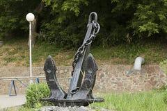 在城市公园船锚的纪念碑 免版税库存图片