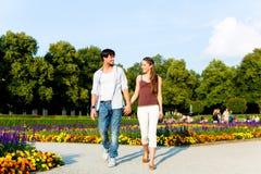 在城市公园走的旅游夫妇 图库摄影