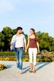 在城市公园走的旅游夫妇 库存照片