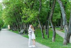 在城市公园轻拍年轻夫妇容忍  美好的夫妇完全花费时间户外 免版税库存图片