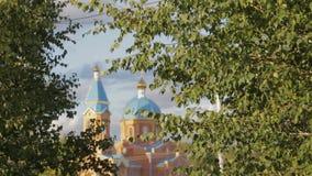 在城市公园附近的俄国教会 股票视频