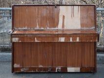 在城市公园露天的老被风化的闭合的钢琴 免版税图库摄影