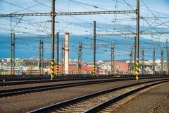 在城市分界线的铁路路 免版税库存照片
