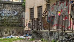 在城市和垃圾的街道画 库存图片