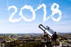 2018在城市和天空背景的文本与泡影聊天,经营分析和战略 免版税库存照片