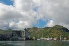 在城市和山土坎的云彩 路易斯・毛里求斯端口 免版税图库摄影