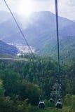 在城市和山的缆车 图库摄影